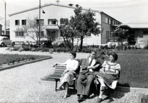 Mittagspause im Firmengarten in der Schmidtstraße um 1958. aus dem privaten Fotoalbum von Helmut Scholze, Fotograf unbekannt